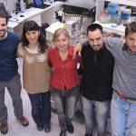 La doctora Silvia Arranz, directora de la Plataforma de Biotecnología Acuática del Instituto de Biología Molecular y Celular de Rosario, dependiente del CONICET y de la Universidad Nacional de Rosario, e integrantes de su equipo.