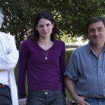 El doctor Luis Quesada Allué (izq.), jefe del Laboratorio de Bioquímica y Biología Molecular del Desarrollo del Instituto Leloir, y dos integrantes de su grupo, los doctores Luciana Pujol-Lereis y Alejandro Rabossi.