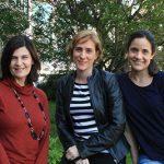 Las doctoras Laura Morelli (izq) y María Carolina Dalmasso (der.), investigadoras del CONICET en el Laboratorio de Amiloidosis y Neurodegeneración del Instituto Leloir (FIL), y la economista Paula Prados, gerente de INIS Biotech, oficina de transferencia de tecnología de la FIL.