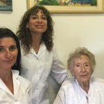 La doctora Raquel Dodelson de Kremer (der.), la doctora Lidia Dora Martínez y Miriam Bezard. El trabajo que realizaron junto a otros colegas indica que un test de saliva podría prevenir secuelas neurológicas de un raro trastorno congénito.