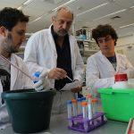 El doctor Eduardo Arzt, director del Instituto de Investigación en Biomedicina de Buenos Aires (IBioBA), dependiente del CONICET e Instituto Partner de la Sociedad Max Planck, e integrantes de su laboratorio.