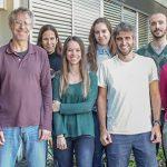 Alejandro Schinder, jefe del Laboratorio de Plasticidad Neuronal del Instituto Leloir, con la autora principal del estudio, Mariela Trinchero (centro), Silvio Temprana, quien también firmó el trabajo, y otros integrantes del grupo