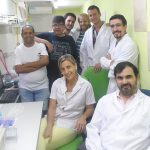 El doctor Roberto Grau, investigador del CONICET, y su equipo en el Departamento de Microbiología de la Facultad de Ciencias Bioquímicas y Farmacéuticas de la Universidad Nacional de Rosario.