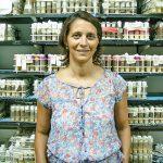La doctora Mariana Melani en el Fly Room del Instituto Leloir donde se almacenan miles de moscas que se emplean en experimentos para comprender diferentes procesos biológicos.