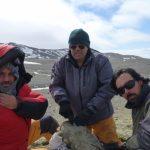 Los doctores  Marcelo Reguero, Guillermo López y Javier Gelfo extrayendo un vertebrado fósil de la Formación Submeseta de la isla Marambio, Península Antártica.