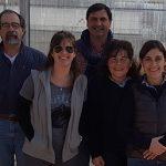 La doctora Karina Trono, directora del Instituto de Virología del INTA e investigadora independiente del CONICET, con los integrantes del proyecto de la vacuna contra el virus de la leucosis bovina, un patógeno que afecta al ganado bovino y provoca  pérdidas millonarias en la producción de leche y carne.