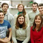 La doctora María Eugenia Rodríguez, jefa del Laboratorio de Microbiología Celular y Desarrollo de Vacunas del Centro de Investigación y Desarrollo en Fermentaciones Industriales (CINDEFI), en la ciudad de La Plata, e integrantes de su grupo.