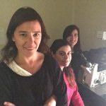 La directora del proyecto, la doctora Camila Scorticati, investigadora del CONICET y profesora de la Universidad Nacional de San Martín, la licenciada Micaela García y una nueva integrante de su grupo, la estudiante Gabriela Aparicio.