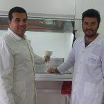 Los doctores Cesar Almeida (izq.) y Jorge Gastón Fernández, integrantes del laboratorio liderado por la doctora María Isabel Sanz en el Instituto de Química San Luis de la Universidad Nacional de San Luis.