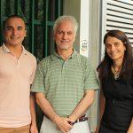 El doctor Osvaldo Podhajcer, jefe del Laboratorio de Terapia Molecular y Celular del Instituto Leloir, y tres integrantes de su laboratorio que participaron del avance científico centrado en cáncer de mama, Leandro Güttlein (izq.), Andrea Llera y Cecilia Rotondaro.