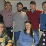 La doctora Andrea Pereyra (fila de abajo en medio) realizó el avance científico en el marco de su tesis doctoral en el laboratorio del doctor Osvaldo Delbono (segundo en la fila de arriba), en la Facultad de Medicina de la Universidad Wake Forest, en Estados Unidos.