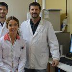 Algunos integrantes del avance científico: La directora del estudio, la bioquímica Mariela Marani, y los doctores Orlando Pérez (izq.) y Néstor Basso, también investigadores del Centro Científico Tecnológico (CCT) CONICET-CENPAT, en Puerto Madryn, Chubut. Créditos: D. Nuñez de la Rosa. Comunicación CCT CONICET-CENPAT