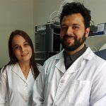 La doctora Soledad Cerutti, directora interina a cargo del Instituto de Química de San Luis (INQUISAL) que depende del CONICET y de la UNSL, y Leonardo Mariño-Repizo, también del INQUISAL.