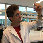 El doctor Galo Soler Illia, investigador principal del CONICET y decano del Instituto de Nanosistemas (INS) en la Universidad Nacional de San Martín (UNSAM), en el laboratorio de síntesis de químicas del INS. Créditos: Comunicación INS