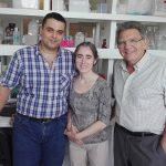 El director del estudio que demostró que los protones actúan como neurotransmisores, el doctor Osvaldo Uchitel (der.), y dos integrantes de su grupo, los doctores Francisco Urbano y Carlota González Inchauspe, en el Instituto de Fisiología, Biología Molecular y Neurociencias (IFIByNE), dependiente de la Facultad de Ciencias Exactas y Naturales de la UBA y del CONICET. Créditos: Gentileza del Dr. Osvaldo Uchitel.