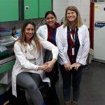 La doctora Soledad Barandiaran, investigadora del CONICET y dos integrantes de su grupo, en la  Facultad de Ciencias Veterinarias de la UBA.