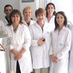 La doctora Graciela Font de Valdez y otros investigadores del Centro de Referencia para Lactobacilos de Tucumán, dependiente del CONICET.