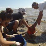 Parte del equipo de trabajo durante las tareas de muestreo en la misma laguna. De izquierda a derecha: Lic. Ana Pia Rabuffetti, Dr. Martín Blettler y Dr. Luis Espinola.  Créditos: Gentileza del Dr. Martín Blettler.