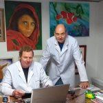 El Ing. Pablo R. Seré (der.) y el Dr. Walter Egli en un día de trabajo. Los cuadros son pintados por ellos mismos.  Créditos: Gentileza del Dr. Walter Egli