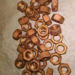 """Tuercas  de acero cobreadas en tambor rotativo empleando el proceso """"CuGlu"""". Créditos: Gentileza del Dr. Walter Egli"""