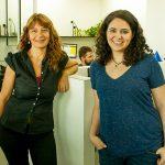 La doctora Cristina Marino-Buslje, jefa del Laboratorio de Bioinformática Estructural del Instituto Leloir, y una investigadora de su grupo, la doctora Elin Teppa.