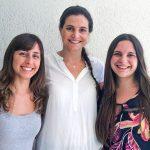 Mariana Hamer (centro), investigadora del CONICET en el Instituto de Nanosistemas de la Universidad Nacional de San Martín y docente de la Facultad de Farmacia y Bioquímica (FFyB) de la UBA, y Denise Agata Grela (izq.), y Narella Bassi, bioquímicas y docentes de la FFyB de la UBA.