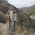 Carolina Paris (der.) y María Schulze  recorriendo la zona aledaña al viñedo de altura de San Pedro de Yacochuya para identificar líneas de forrajeo de Linepithema humile y así estimar los límites de la supercolonia.