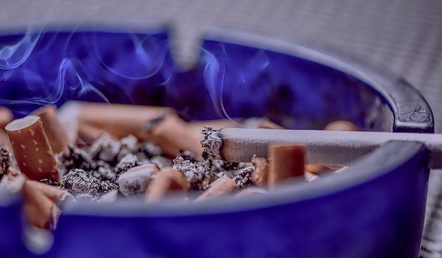 Fumar se asociaría al doble de riesgo de sufrir progresión de COVID-19