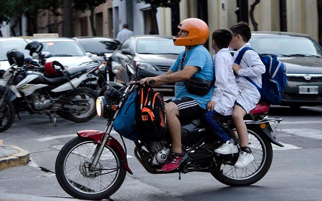 Alerta vial: la mayoría de los niños que van como pasajeros de moto no usan casco